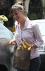 jennifer garner trying to cover her baby bump