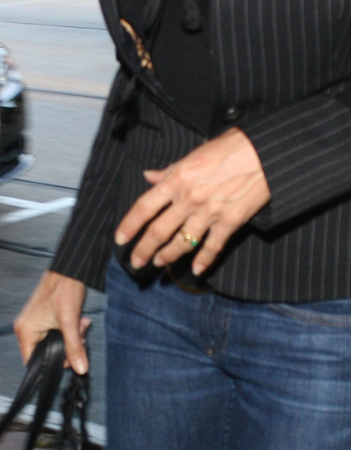 jennifer aniston wearing a wedding ring?