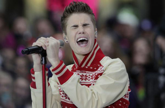 Justin Bieber forgot the lyrics to a Christmas classic!