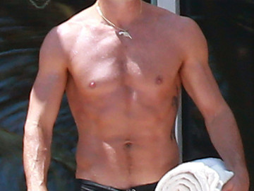 Hottie Justin Theroux goes shirtless in Cabo!