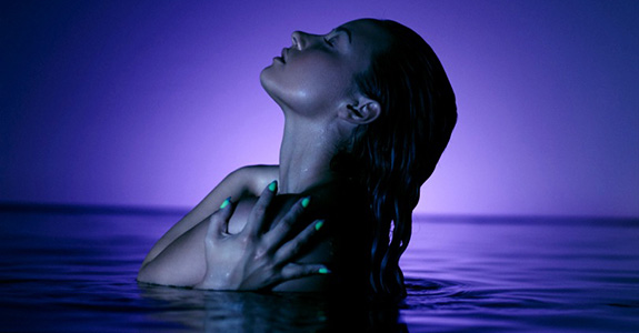 "Demi Lovato debuts her ""Neon Lights"" video!"