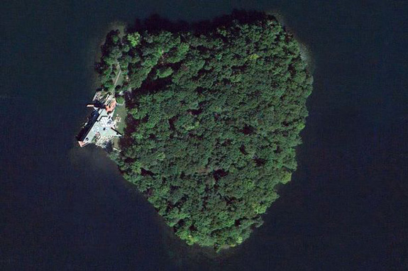 Angelina Jolie bought Brad Pitt a heart-shaped island?